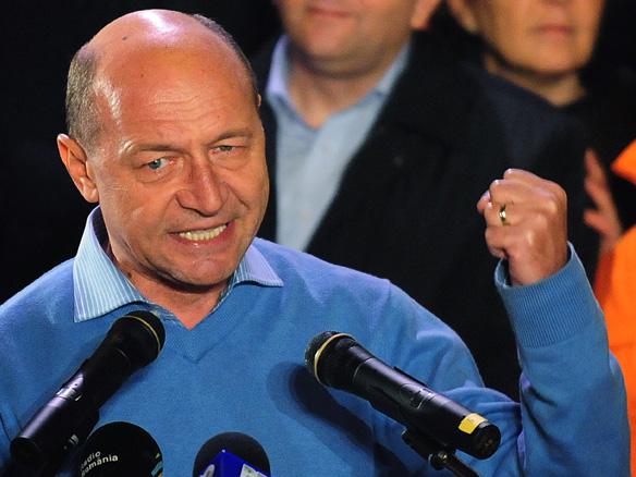 Basescu pumn sus
