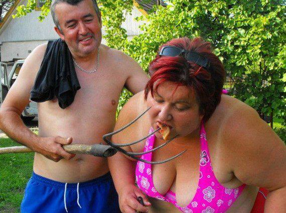 femeie hranita cu furca